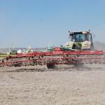 Impresionante Minichisel de Ovlac trabajando en la parcela con tractores Claas